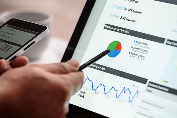 markkinointikaaviota analysoiva henkilö